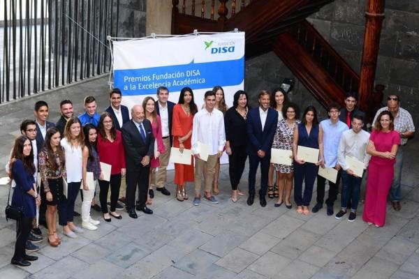 Los premiados recibieron sus galardones ayer tarde en Presidencia del Gobierno en Tenerife. | SERGIO MÉNDEZ