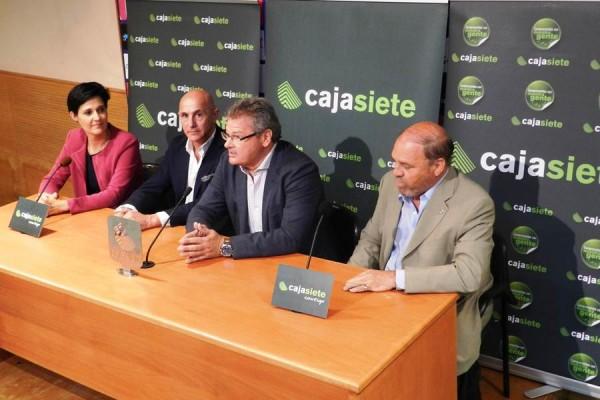 Un momento de la rueda de prensa celebrada ayer en las instalaciones del estadio capitalino. | DA