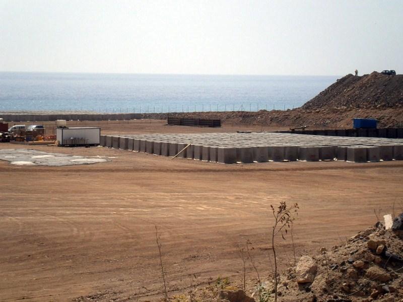 Material para la construcción de los diques de contención. / DA