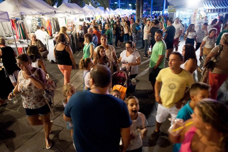 Las calles del casco se abarrotaron de gente que quiso disfrutar del ambiente festivo. / FRAN PALLERO