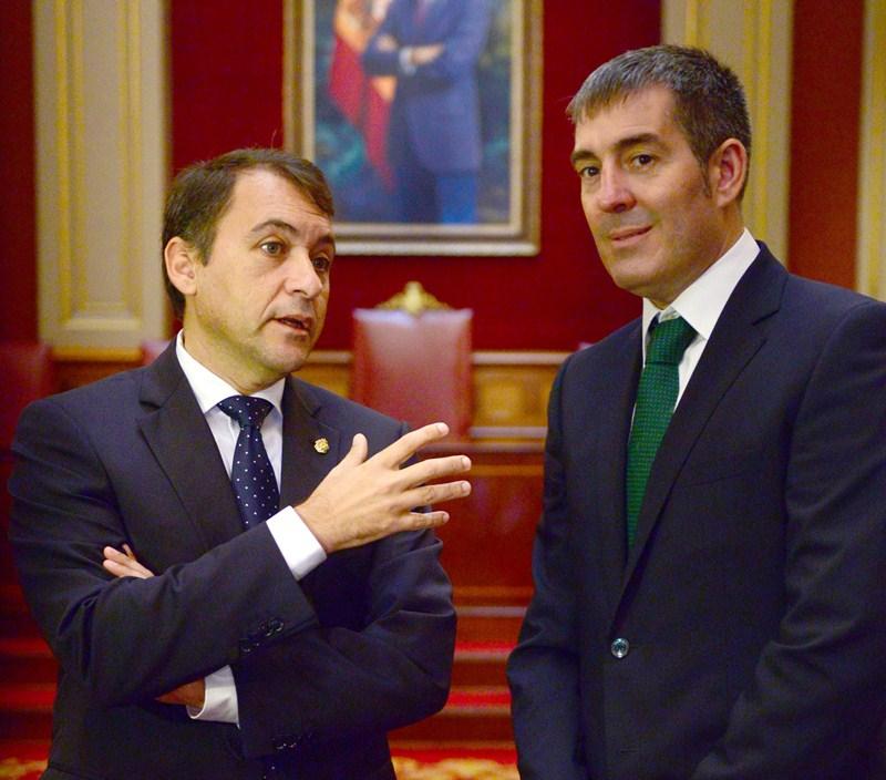 José Manuel Bermúdez y Fernando Clavijo, ayer,  en el Consistorio. / SERGIO MÉNDEZ