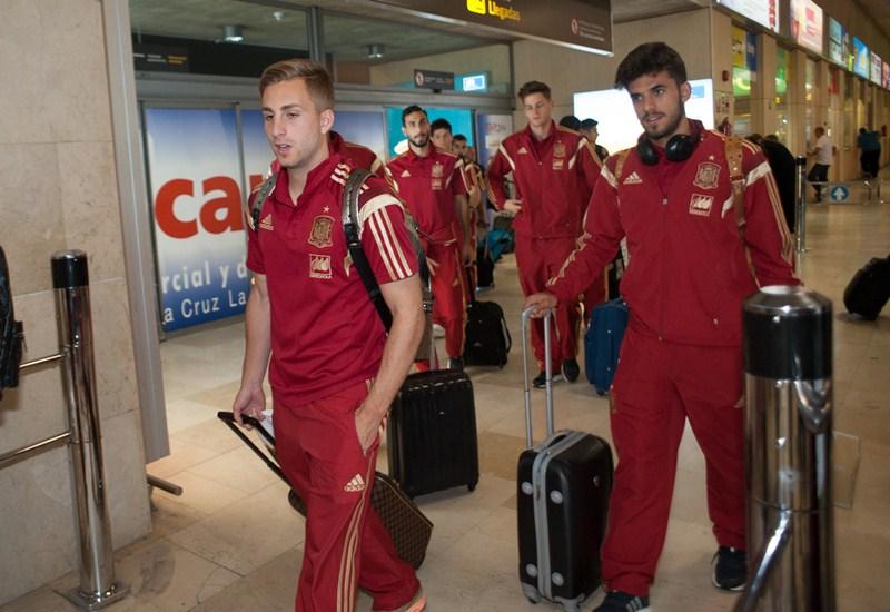 Gerard Deulofeu y Dani Ceballos, a su llegada con la expedición de la selección sub-21 a Tenerife. / FRAN PALLERO