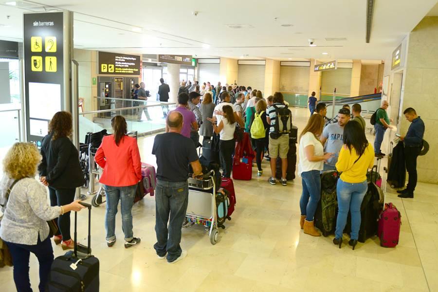 Pasajeros esperando información de sus vuelos. | S. M.
