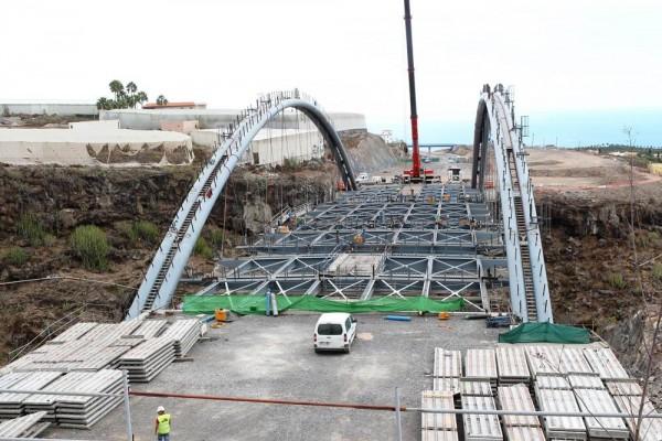 La instalación del viaducto de Erques ha demorado la conclusión de las obras del proyecto viario en el sur de la isla de Tenerife. | F. P.