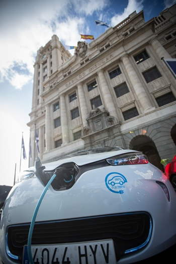 Renault Zoe recarga frente al Cabildo. | ANDRÉS GUTIÉRREZ