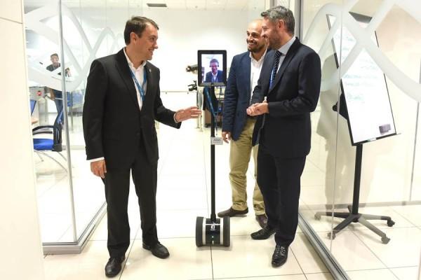 Bermúdez y Cabello fueron recibidos por José Manuel Rodríguez junto a uno de los dispositivos de Atos. | S. M.
