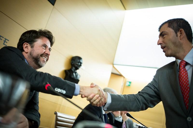 Carlos Alonso saluda a Manuel Domínguez, ayer antes del inicio del pleno. / ANDRÉS GUTIÉRREZ