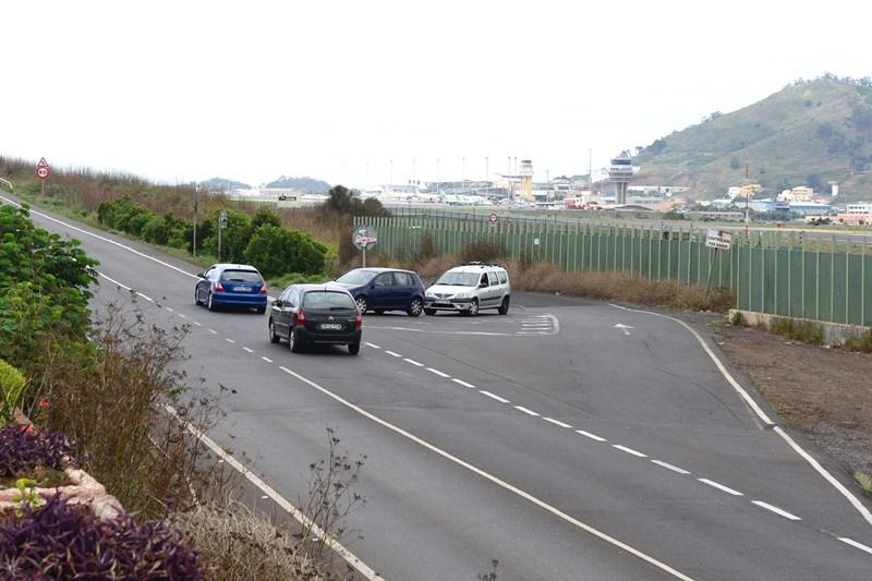 El trazado de la carretera transita, en buena parte, de forma paralela al aeropuerto. / SERGIO MÉNDEZ