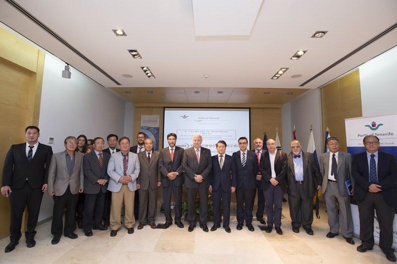 Imagen de grupo de los empresarios coreanos en su visita a la Autoridad Portuaria. / SERGIO MÉNDEZ
