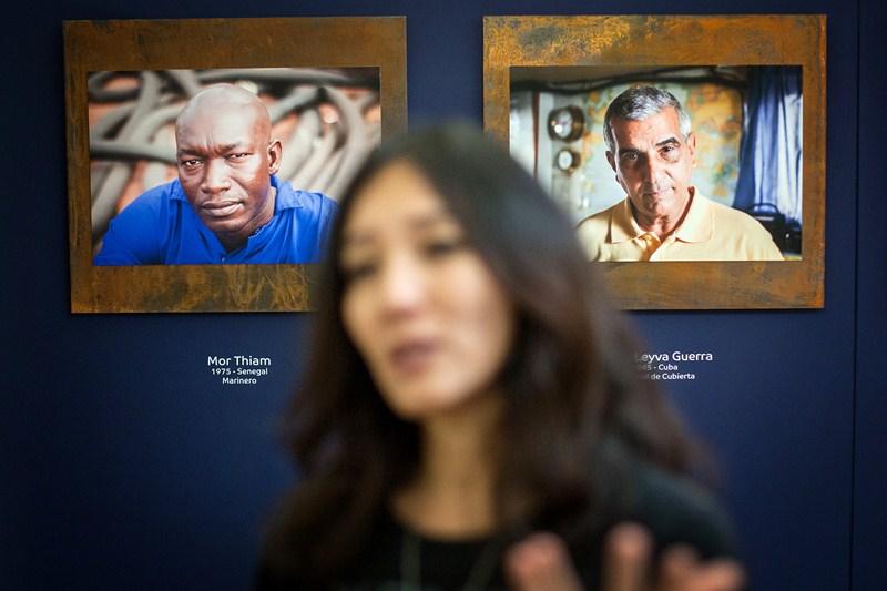 Sara Yun, ayer, delante de dos de las imágenes de su colección Óxido. / ANDRÉS GUTIÉRREZ