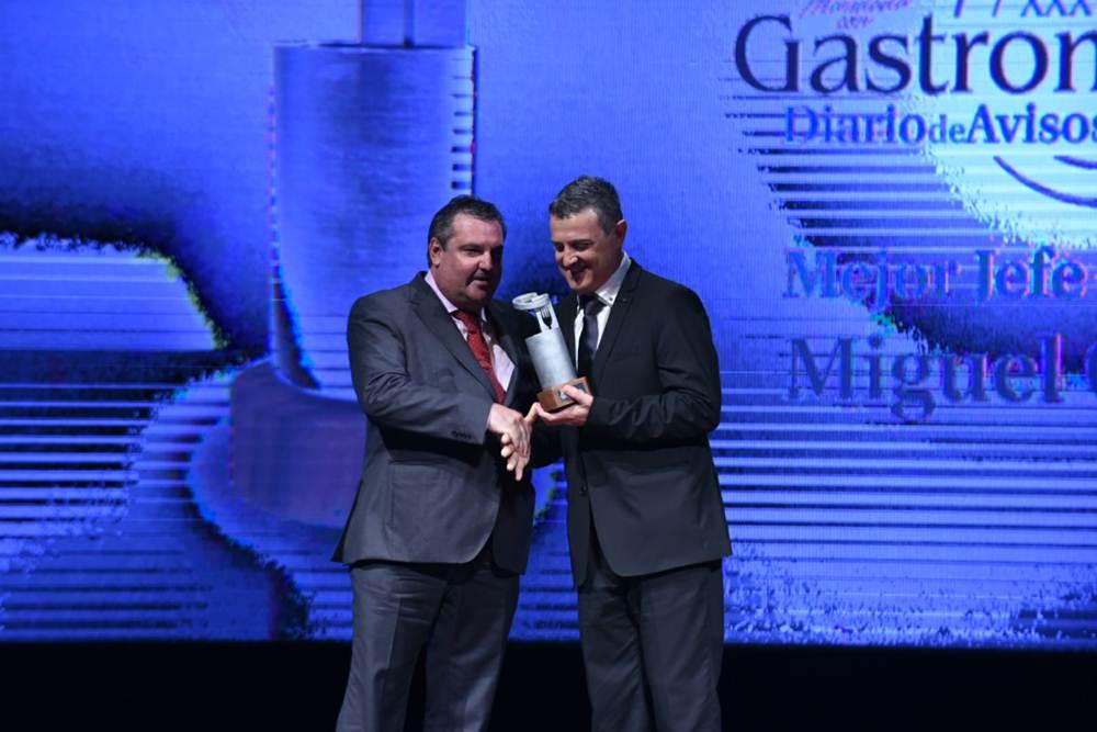 El premio a Mejor Jefe de sala, Miguel Otero, del Restaurante LasAguas del Bahiadelduque