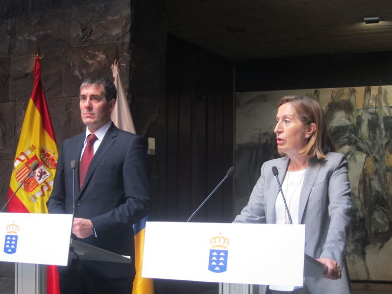 La ministra de Fomento, Ana Pastor, y el presidente canario, Fernando Clavijo. / CEDIDA