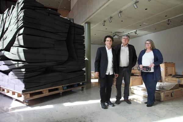 El arquitecto Fernando Menis (i), junto a la escultura central de la exposición, abierta al público hasta el 16 de enero. | DA