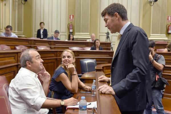 Francisco Déniz y Noemí Santana (Podemos), junto a Guillermo Díaz Guerra (PP), en el pleno. | SERGIO MÉNDEZ