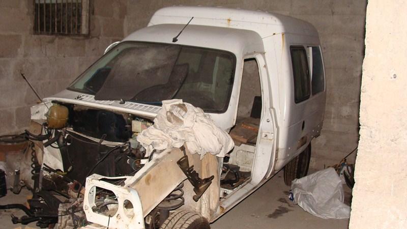 En el establecimiento abundaban este tipo de vehículos, todos desmontados parcial o totalmente. / DA
