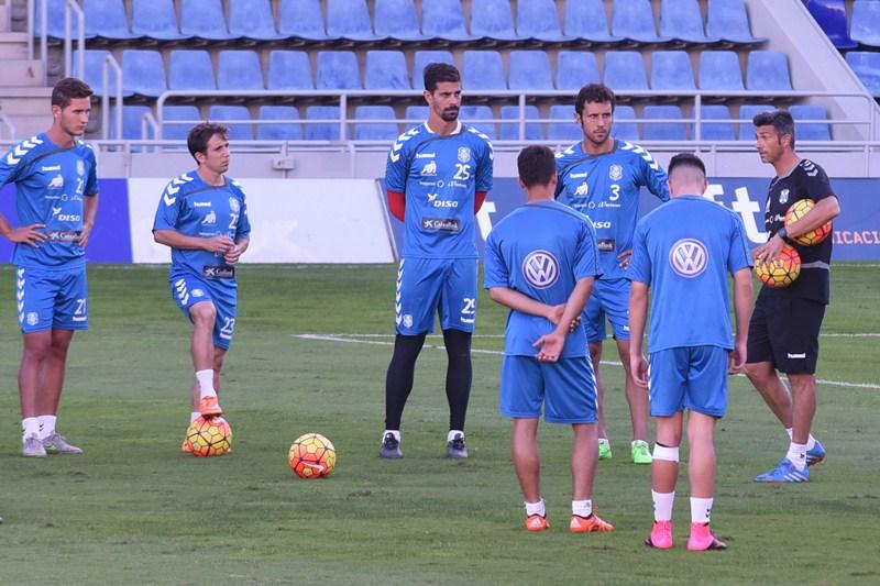 El nuevo técnico chicharrero se mostró muy comunicativo con sus nuevos jugadores. / SERGIO MÉNDEZ