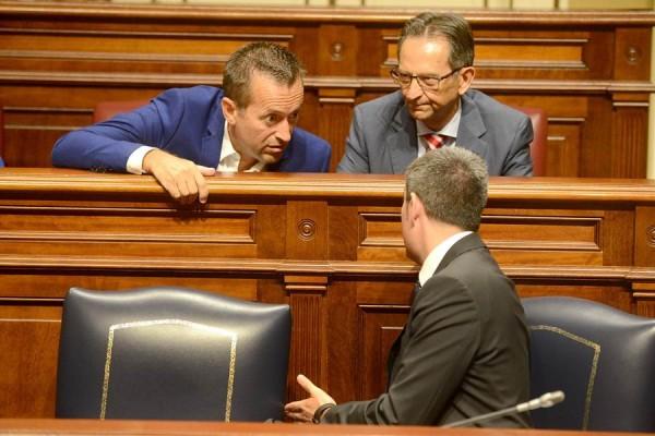 José Miguel Ruano (CC-PNC) conversa con el presidente del Gobierno de Canarias, Fernando Clavijo. | S. M.