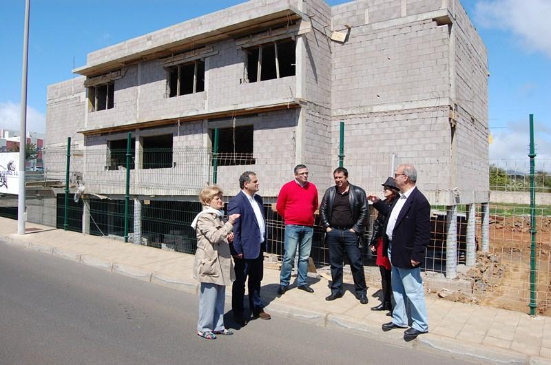 Imagen de archivo de una visita a las obras de construcción del centro ciudadano de Geneto. / DA