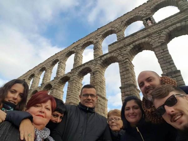 La alcaldesa (la tercera por la derecha), ediles y algunos vecinos, en la visita al Acueducto de Segovia. | DA