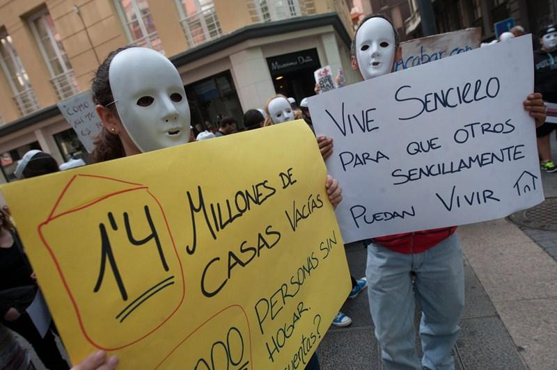 Unas 200 personas protestaron ayer ante el Parlamento en favor de los ciudadanos sin hogar. / FRAN PALLERO