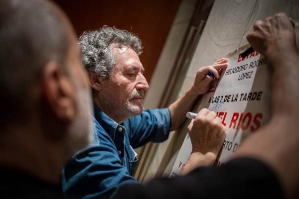 Miguel Ríos, ayer, firmando un póster de un concierto que ofreció en 1982 en el Heliodoro. | ANDRÉS GUTIÉRREZ