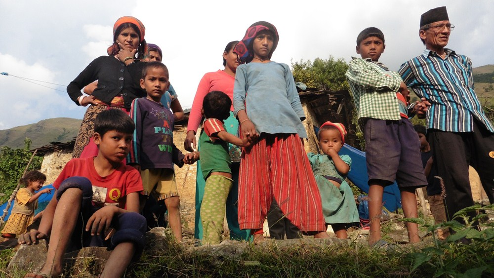 La ONG canaria Cooperación Internacional Dona Vida proporcionó ayuda médica, alimentos, agua y ropa a algunas de las aldeas rurales más alejadas de Katmandú. / Rafa Lutzardo