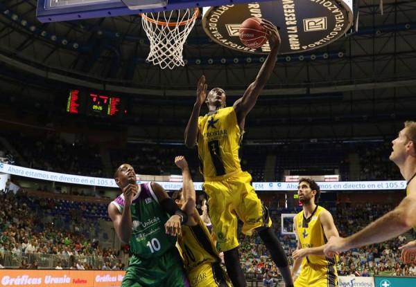 Niang atrapa un rebote en el partido del pasado domingo. | ACB PHOTO