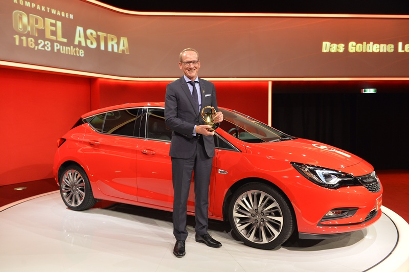 El presidente y consejero delegado del grupo Opel, Dr. Karl-Thomas Neumann con el premio al Opel Astra. | DA