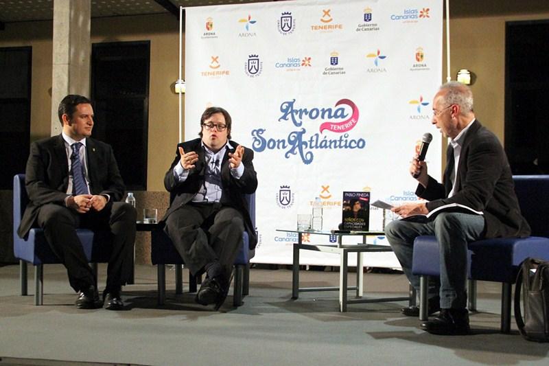 Pablo Pineda (c) junto al alcalde de Arona (izq.), José Julián Mena, y el periodista Carmelo Rivero. / DA