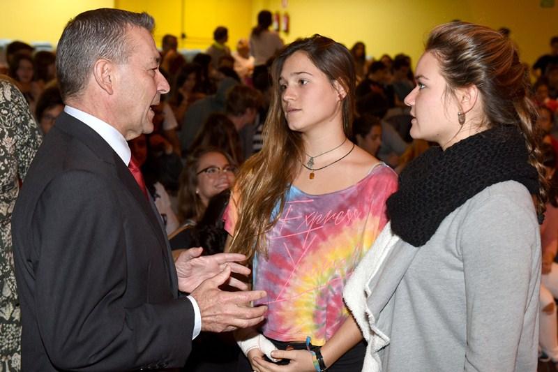 El expresidente del Gobierno dialoga con dos alumnas del colegio Alemán antes de su conferencia. / S. MÉNDEZ