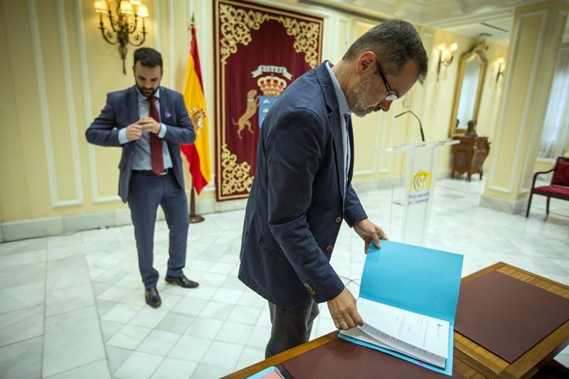 Aarón Afonso y Marcial Morales, ayer, en el Parlamento. / ANDRÉS GUTIÉRREZ