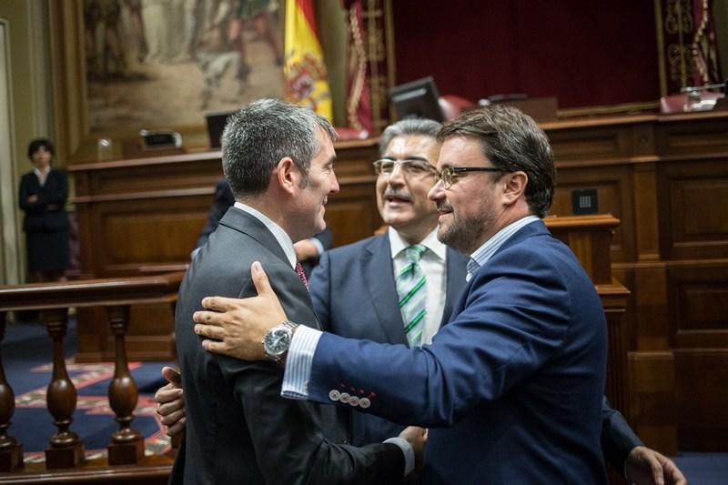 Fernando Clavijo (CC) conversa con Román Rodríguez (NC) y Asier Antona (PP), en el Parlamento. / ANDRÉS GUTIÉRREZ
