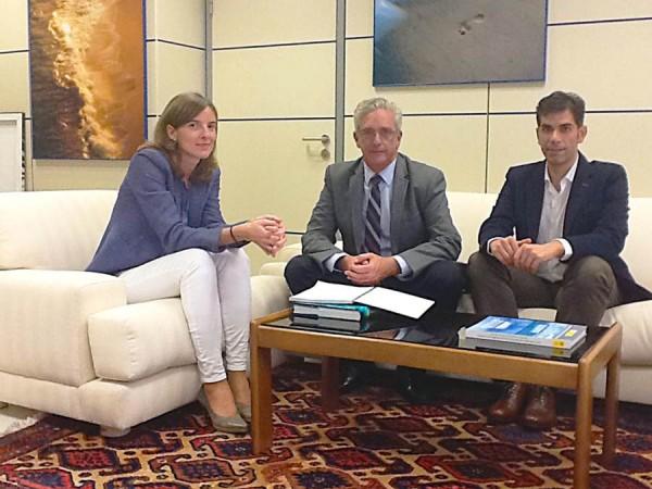 Pablo Matos y Juan Miguel Olivera, con Raquel Orts, el martes en Madrid. | DA