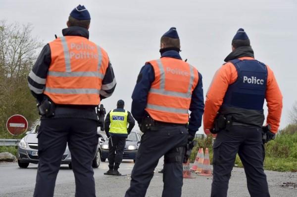 Policías franceses y belgas en la frontera. | REUTERS