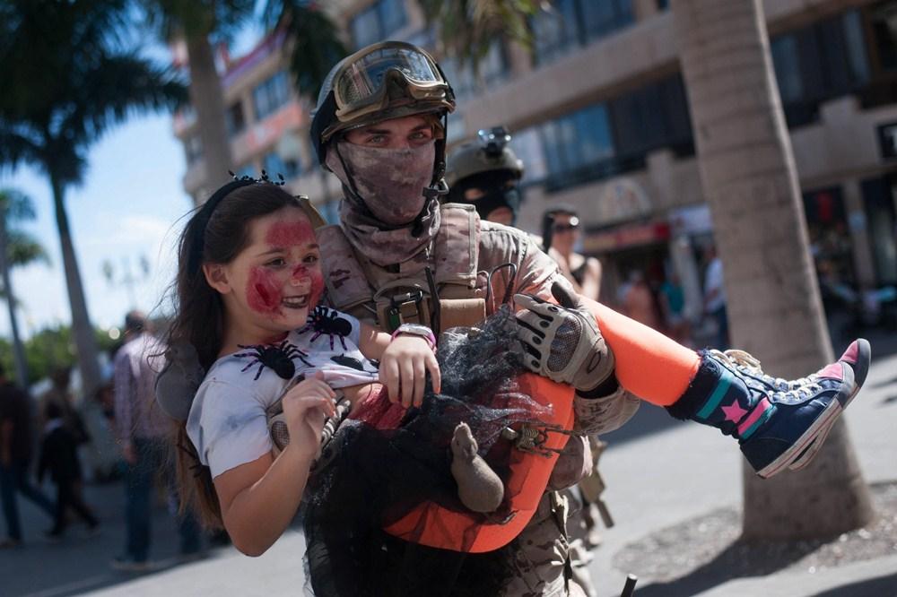 Un patrullero con una zombi, escena ayer de Ven a Santa Cruz. / FRAN PALLERO
