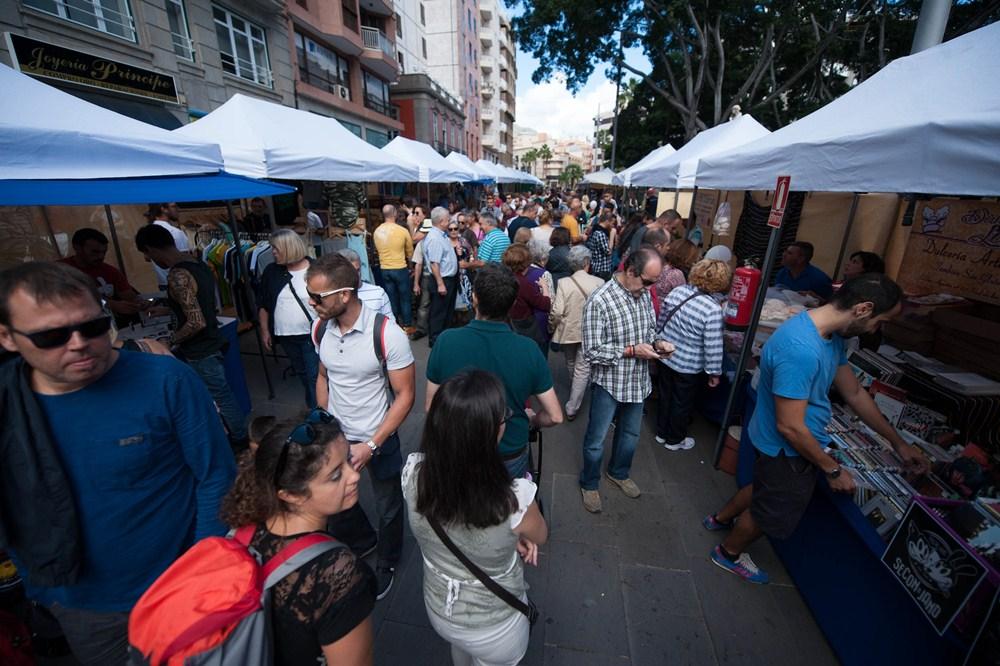 La gran afluencia de personas quedó patente en los puestos de venta ubicados en las calles. / F.P.