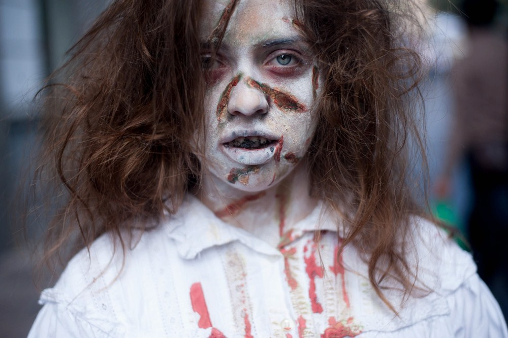 En la foto de la izquierda, una niña zombi muy realista; a la derecha, actividades infantiles. / F. P. / DA