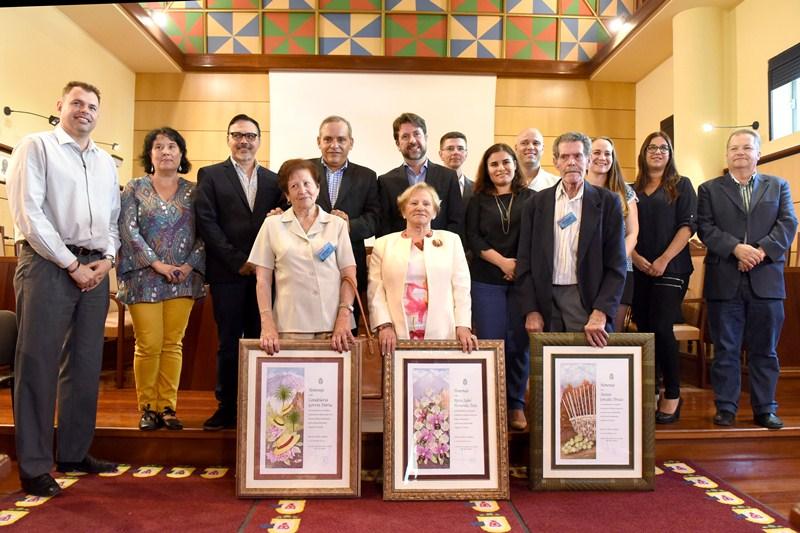 Los tres artesanos homenajeados posan junto a las autoridades en el salón de plenos. / SERGIO MÉNDEZ