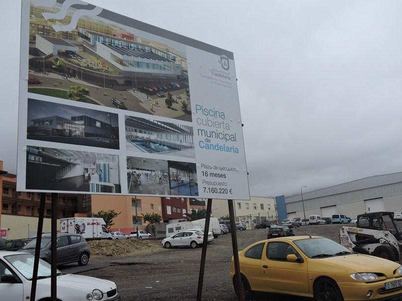 Este cartel se instaló antes de las elecciones del 24M en el solar donde se construirá la piscina. / NORCHI