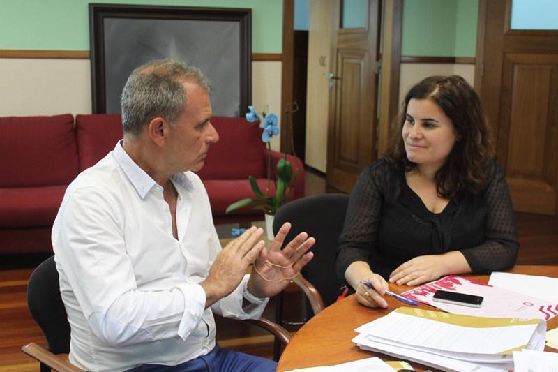 Fernando Alduán, en la imagen junto a Mari Brito, reconoce que ha faltado diálogo con los empresarios. / DA
