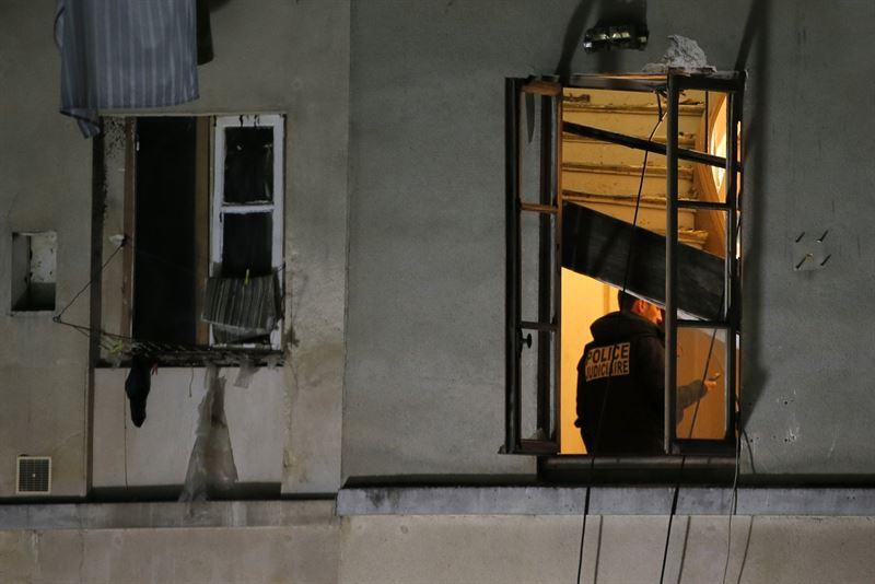 Un policía en el apartamento de Saint Dennis donde estaban algunos terroristas. | REUTERS