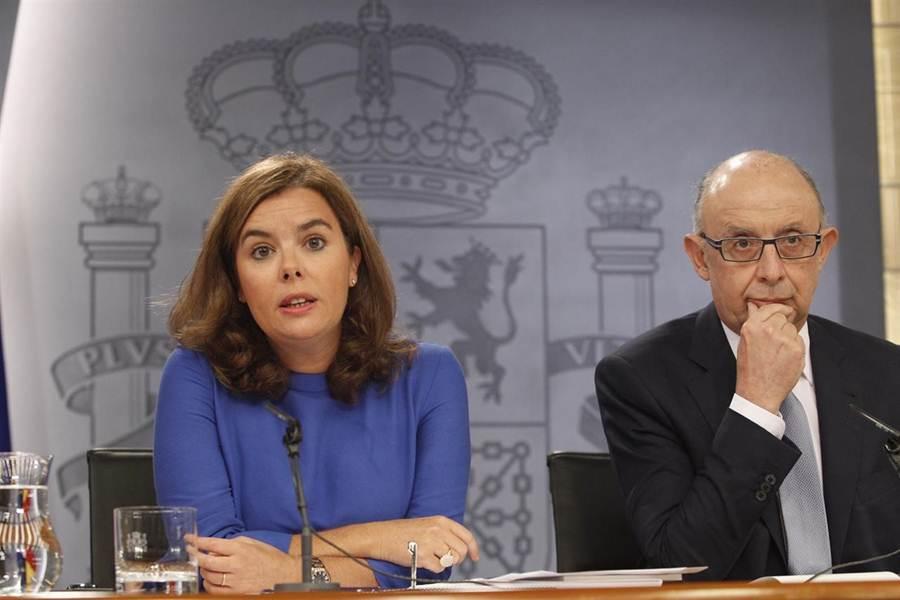 La vicepresidenta del Gobierno, Soraya Sáenz de Santamaría, y el ministro de Hacienda, Cristóbal Montoro. | EP