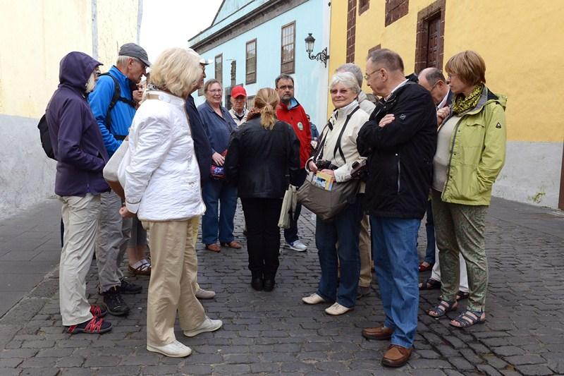 Un grupo de turistas en el casco histórico de la ciudad. / SERGIO MÉNDEZ