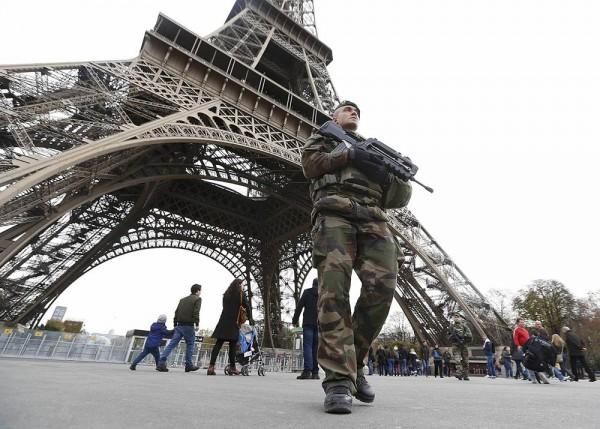 Un militar francés hace guardia bajo la Torre Eiffel. | REUTERS
