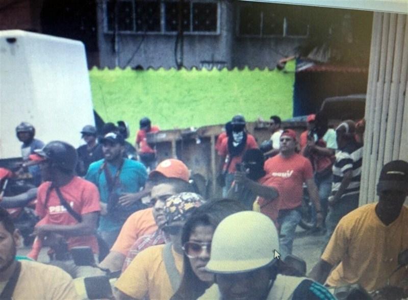 Imágenes del tiroteo en Caracas subidas a las redes sociales por Henrique Capriles. / DA