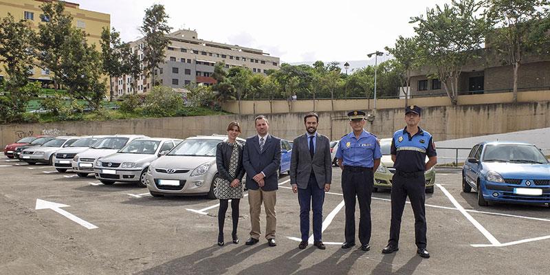 Las autoridades locales, durante la presentación a la prensa del estacionamiento habilitado para Navidad. / DA