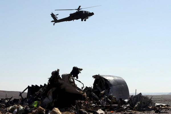 Un helicóptero militar egipcio sobrevuela los restos del avión ruso. | REUTERS