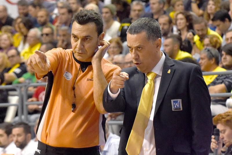 El entrenador del Iberostar Tenerife dialoga con uno de los colegiados durante el partido. / SERGIO MÉNDEZ