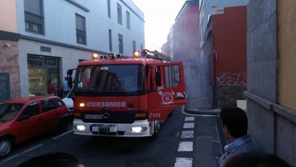 Los bomberos acabaron con el fuego en el local. | DA