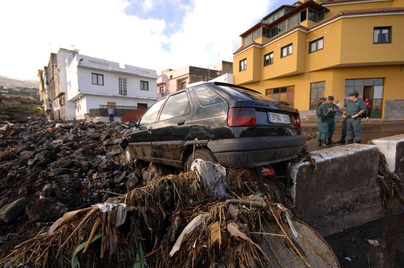 La urbanización de los barrancos, por cuyos cauces pasan incluso carreteras, agrava en Canarias los daños de las lluvias torrenciales. / M.P.